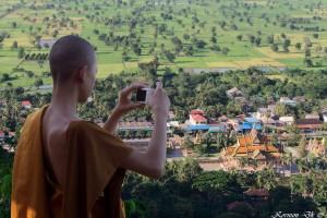 0112 | Munk skyder billeder af tempel